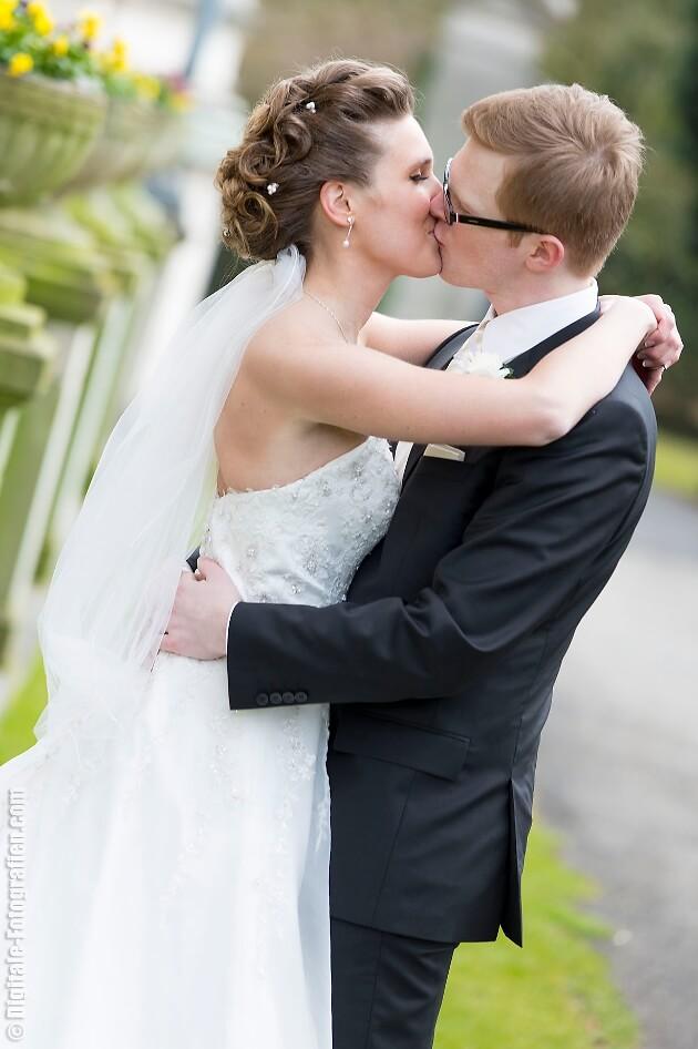 Romantischer Hochzeitskuss