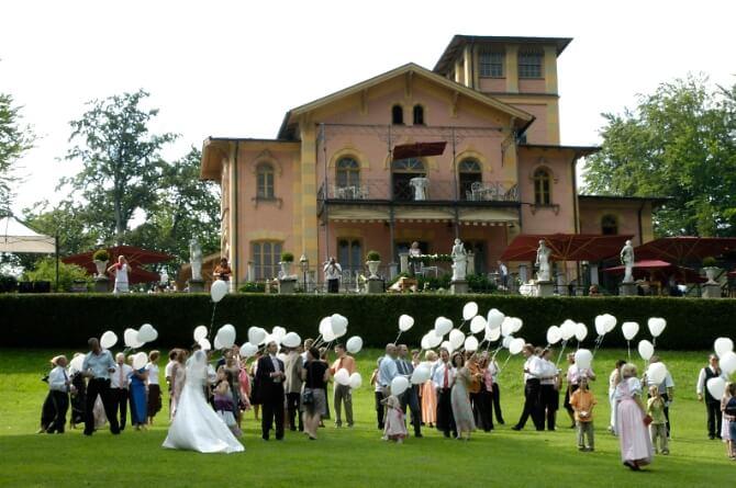 Hochzeitsfeier mit weißen Herzballons