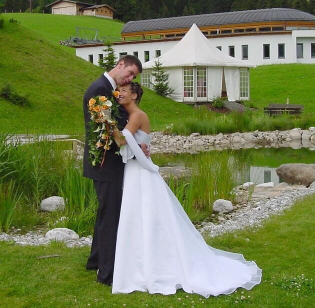 Brautpaar in inniger Pose