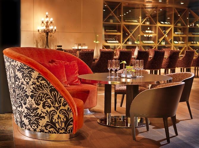 Modernes Hotelrestaurant mit stilvollen Elementen