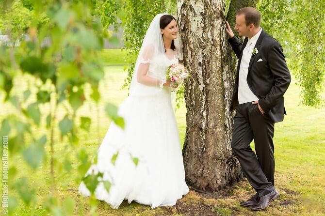Verliebtes Hochzeitspaar beim Paarshooting