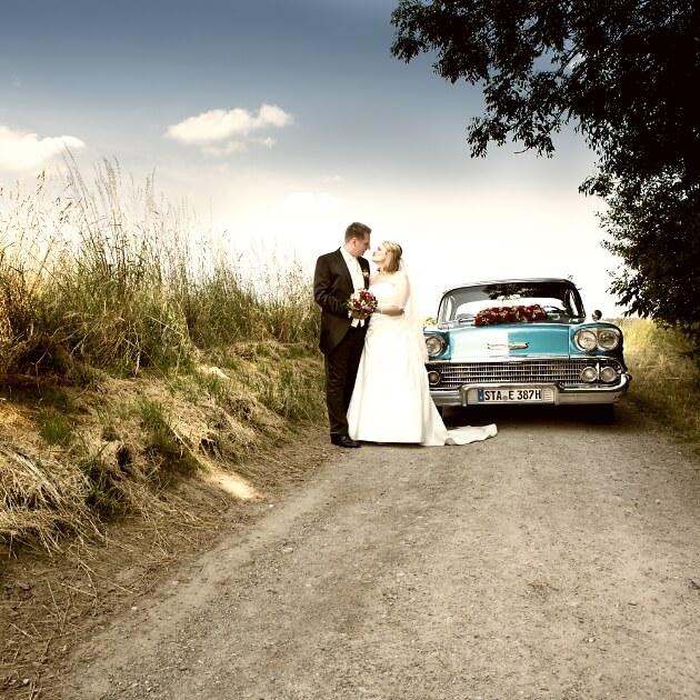 Brautpaar und Brautauto