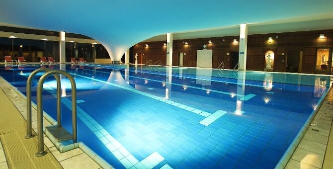 Schwimmbad im Cliff Hotel