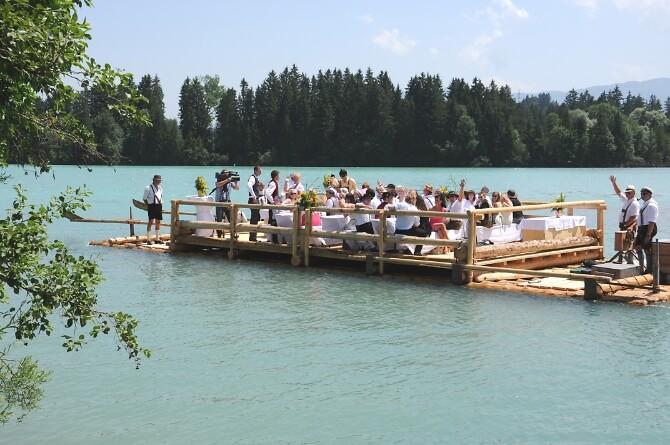 Floßfahrt mit der Hochzeitsgesellschaft
