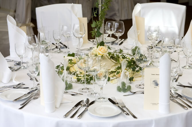 Für die Hochzeit gedeckter Tisch