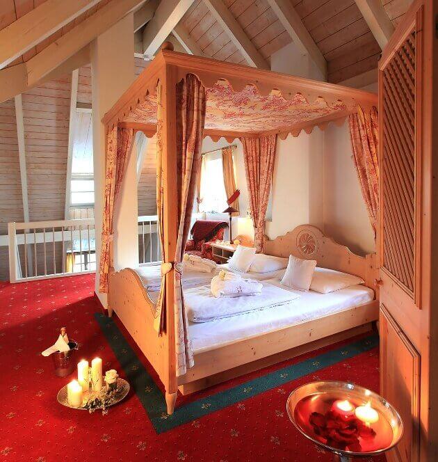 Romantisch dekoriertes Hotelzimmer