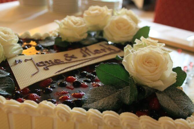 Hochzeitstorte verziert mit Rosen