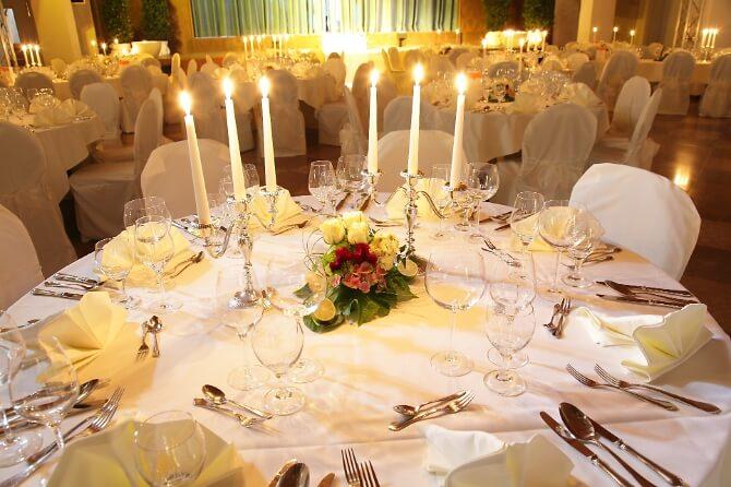 Für die Hochzeit dekorierter Tisch