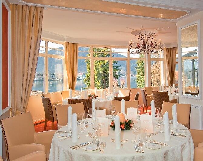 Speisesaal für die Hochzeit mit Blick auf den See