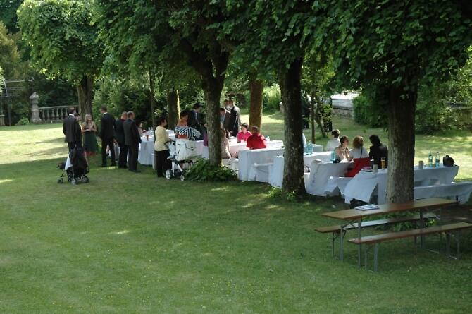 Feiernde Gesellschaft im Schlossgarten