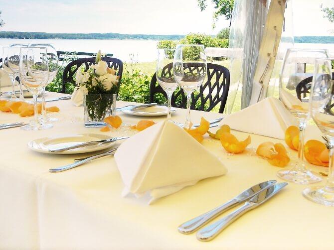 Dekorierter Tisch am See
