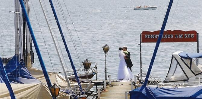 Brautpaar auf dem Steg des Forsthauses