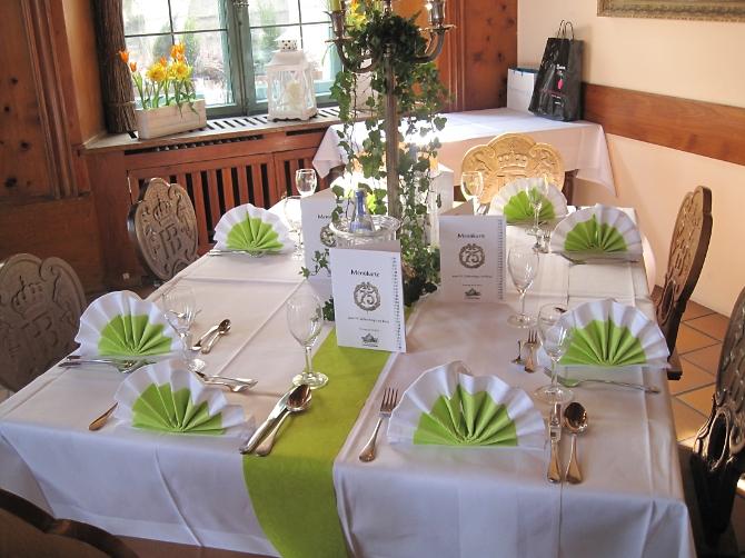 Gedeckter Tisch mit grüner Tischdeko