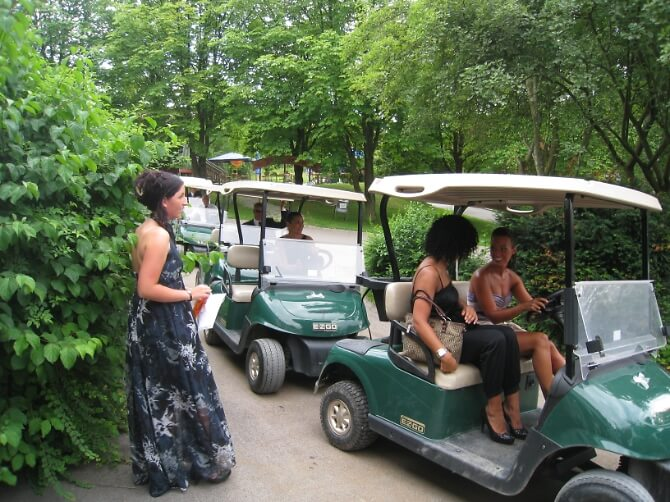 Hochzeitsgäste im Golfcart