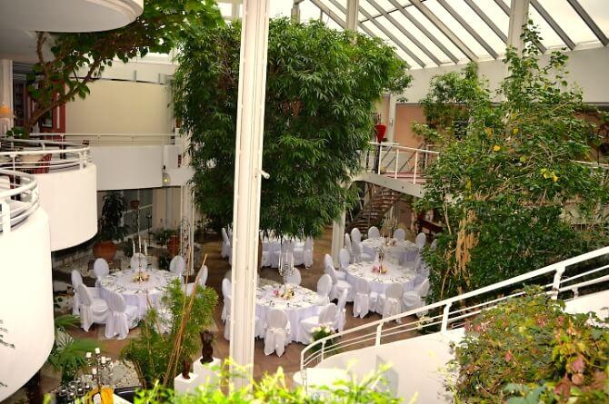 Begrünte Hotelhalle