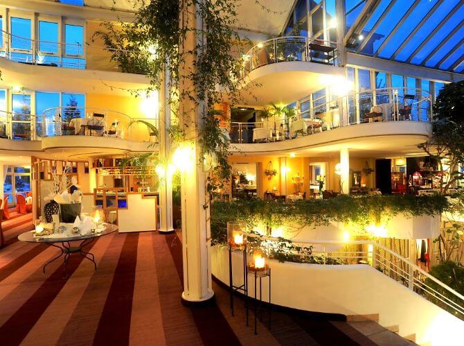 Beleuchtete Hotelhalle