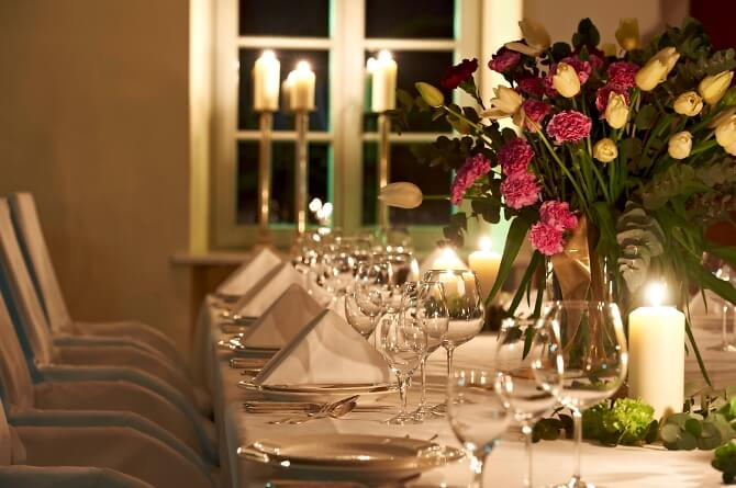 Tischdekoration für die Hochzeitsfeier