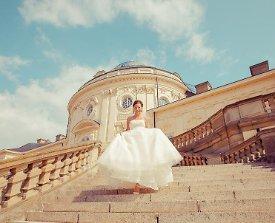 Braut auf Stufen