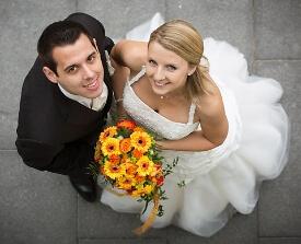 Braut mit gelben Blumenstrauß