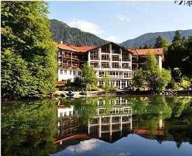 Blick auf das Hotel am Badersee