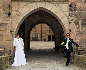 Brautpaar vor Mauern