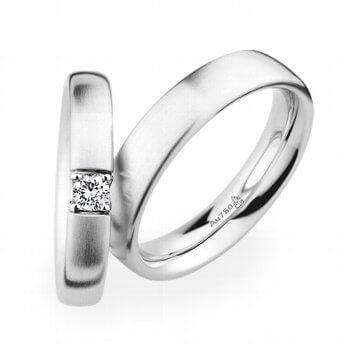 Weißgold, matt gebürstet. Das Modell für die Braut mit Edelstein besetzt.