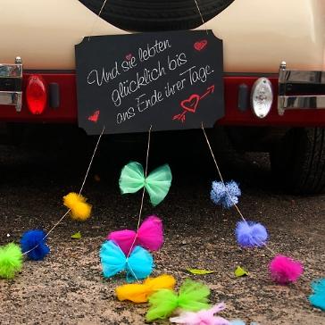 Autodeko mit Pompoms und Schleifen, bunt