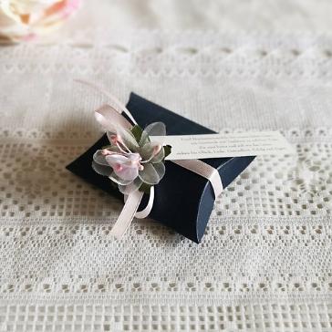 Gastgeschenk in Blau mit Rosa Blüte und Mandelspruch