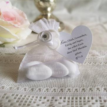 Gastgeschenk Säckchen in Weiß, befüllt mit Hochzeitsmandeln