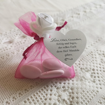 Gastgeschenk Säckchen in Fuchsia, befüllt mit Mandeln