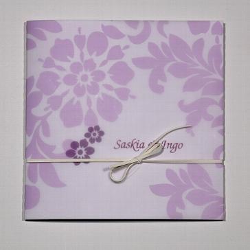 Einladungskarte zur Hochzeit in der Trendfarbe lila