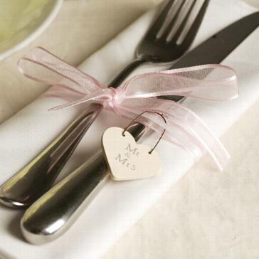 Herzanhänger aus Holz Mr & Mrs als Hochzeitsdeko