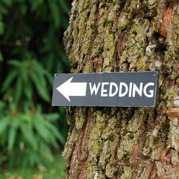 """Holz-Wegweiser """"Weddingl"""" als Hochzeitsdekoration"""