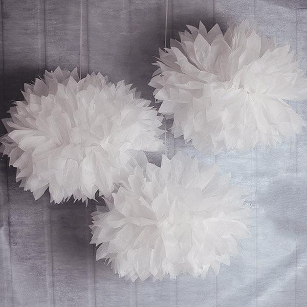 pompoms fluffy in wei f r ihre hochzeitsdeko. Black Bedroom Furniture Sets. Home Design Ideas
