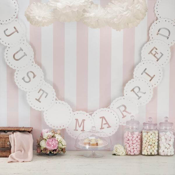 girlande just married in creme zur hochzeit. Black Bedroom Furniture Sets. Home Design Ideas