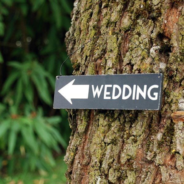holz wegweiser wedding zur hochzeit. Black Bedroom Furniture Sets. Home Design Ideas