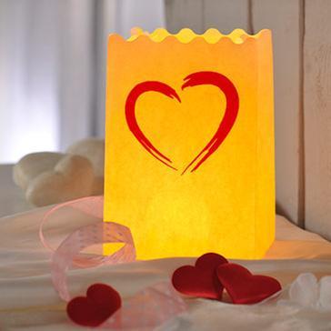 Cremefarbenes Windlicht mit rotem Herz