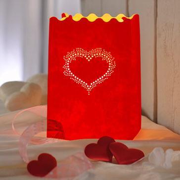 Rotes Windlicht mit gepunktetem Herzmuster