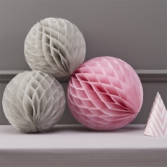 Wabenbälle in Grau und Pink