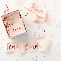 """Schärpen mit Schriftzug """"Team Bride"""" in Roségold"""