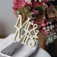 """Kleiner Schriftzug aus Holz """"Mr & Mrs"""" zur Hochzeit"""
