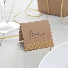 Tischkarten aus Kraftpapier mit goldenen Punkten