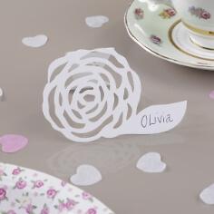Tischkarten im Rosenmotiv in Weiß