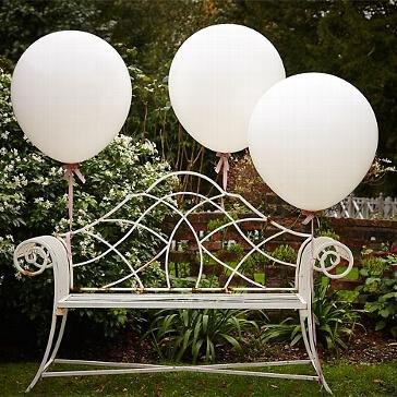 Riesen-Luftballons, 3 St., weiß - Luftballons an einer Bank