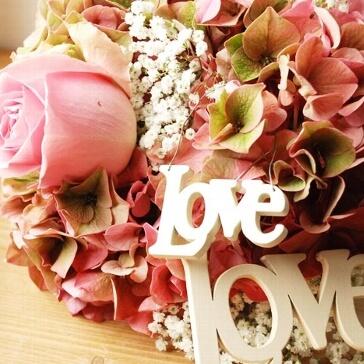 """Kleiner Schriftzug aus Holz """"Love"""" zur Hochzeit"""