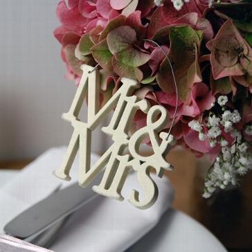 Kleiner Schriftzug aus Holz Mr & Mrs zur Hochzeit