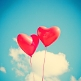 Kleine rote Hochzeitsballons in Herzform