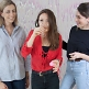 Frauen beim Prosecco Pong spielen