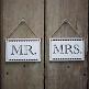 Holzschilder Mr & Mrs als Hochzeitsdekoration