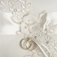 Weissen Ringkissen mit Blüten verziert